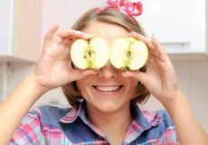 Ευτυχές νέο κορίτσι με δύο μήλα κοντά στα μάτια της Στοκ εικόνα με δικαίωμα ελεύθερης χρήσης