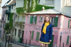 Ευτυχές νέο κορίτσι σε μια οδό Montmartre Στοκ Εικόνες