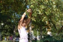 Ευτυχές νέο κορίτσι στο πάρκο Στοκ Εικόνες