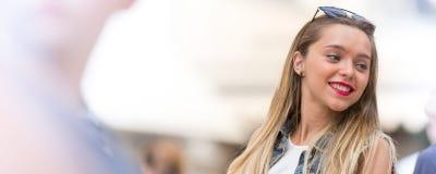 Ευτυχές νέο κορίτσι υπαίθρια Στοκ φωτογραφίες με δικαίωμα ελεύθερης χρήσης