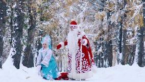 Ευτυχές νέο κορίτσι χιονιού που ρίχνει το χιόνι μέχρι τον αέρα απόθεμα βίντεο