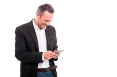Ευτυχές νέο μήνυμα κειμένου ανάγνωσης επιχειρηματιών στο κινητό τηλέφωνο Στοκ εικόνες με δικαίωμα ελεύθερης χρήσης