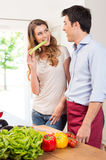 Ευτυχές νέο μαγείρεμα ζεύγους Στοκ Εικόνα