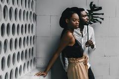 Ευτυχές νέο μαύρο ζεύγος που εξετάζει το χαμόγελο καμερών στοκ φωτογραφίες με δικαίωμα ελεύθερης χρήσης