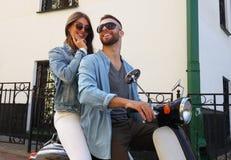 Ευτυχές νέο οδηγώντας μηχανικό δίκυκλο ζευγών στην πόλη Όμορφος τύπος και νέο ταξίδι γυναικών Περιπέτεια και έννοια διακοπών στοκ εικόνες με δικαίωμα ελεύθερης χρήσης