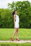Ευτυχές νέο πρότυπο στο άσπρο προκλητικό φόρεμα στοκ φωτογραφίες