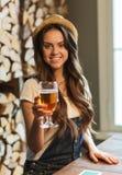 Ευτυχές νέο πόσιμο νερό γυναικών στο φραγμό ή το μπαρ στοκ εικόνες