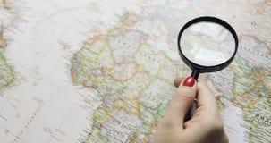 Ευτυχές νέο ταξίδι προγραμματισμού ζευγών hipster στον παγκόσμιο χάρτη Τοπ όψη φιλμ μικρού μήκους