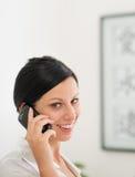 Ευτυχές νέο τηλέφωνο κυττάρων ομιλίας γυναικών Στοκ Φωτογραφία