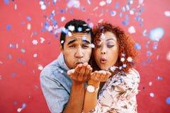 Ευτυχές νέο φυσώντας κομφετί ζευγών στον εορτασμό της αγάπης τους Στοκ φωτογραφία με δικαίωμα ελεύθερης χρήσης