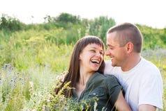 Ευτυχές νέο χαμογελώντας ζεύγος Στοκ εικόνα με δικαίωμα ελεύθερης χρήσης
