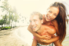 Ευτυχές νέο χαρούμενο γέλιο διασκέδασης παραλιών ζευγών Στοκ φωτογραφία με δικαίωμα ελεύθερης χρήσης