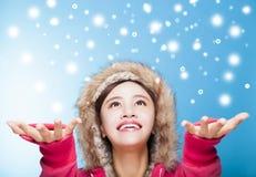 Ευτυχές νέο χιόνι προσοχής γυναικών Στοκ φωτογραφία με δικαίωμα ελεύθερης χρήσης