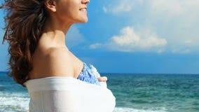 Ευτυχές νέο brunette που εξετάζει τον ορίζοντα στην παραλία, που απολαμβάνει τη θέα, χαλάρωση φιλμ μικρού μήκους