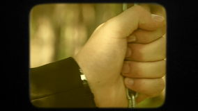 Ευτυχές νέο Newlyweds που περπατά στο πράσινο πάρκο απόθεμα βίντεο