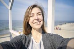 Ευτυχές να κάνει γυναικών selfie υπαίθριο στοκ φωτογραφίες με δικαίωμα ελεύθερης χρήσης