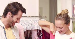 Ευτυχές να κάνει ζευγών που ψωνίζει στο κατάστημα απόθεμα βίντεο