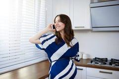 Ευτυχές να κουβεντιάσει εγκύων γυναικών Στοκ Εικόνες