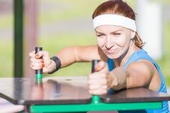Ευτυχές να φανεί καυκάσιο θηλυκό πιπεροριζών στην αθλητική εξάρτηση Στοκ φωτογραφία με δικαίωμα ελεύθερης χρήσης
