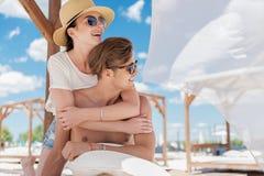 Ευτυχές νεανικό ζεύγος που στηρίζεται στην ακτή υπαίθρια Στοκ Εικόνα