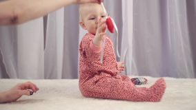 Ευτυχές νεογέννητο μωρό που χαμογελά και που παίζει με την καρδιά απόθεμα βίντεο