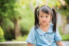 Ευτυχές νερό παιχνιδιού μικρών κοριτσιών στο ζωηρόχρωμο κήπο στοκ εικόνες με δικαίωμα ελεύθερης χρήσης
