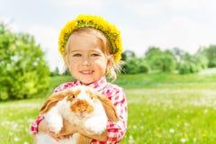 Ευτυχές ξανθό κορίτσι με τον κίτρινο κυκλίσκο λουλουδιών Στοκ Εικόνα