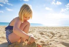 Ευτυχές ξανθό κορίτσι σε swimwear στο παιχνίδι παραλιών Στοκ Εικόνα