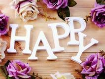 Ευτυχές ξύλινο αλφάβητο επιστολών με τη διακόσμηση ανθοδεσμών λουλουδιών τριαντάφυλλων στο ξύλινο υπόβαθρο Στοκ φωτογραφία με δικαίωμα ελεύθερης χρήσης