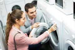 Ευτυχές οικογενειακό ζεύγος που αγοράζει το νέο πλυντήριο ενδυμάτων Στοκ φωτογραφία με δικαίωμα ελεύθερης χρήσης
