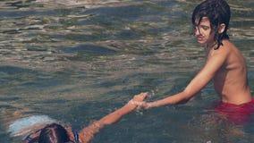 Ευτυχές οικογενειακό λούσιμο στη θάλασσα Η έννοια των διακοπών και του ταξιδιού 4k, σε αργή κίνηση απόθεμα βίντεο