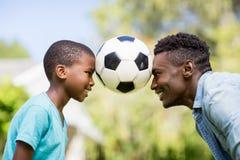 Ευτυχές οικογενειακό παίζοντας ποδόσφαιρο στοκ εικόνα με δικαίωμα ελεύθερης χρήσης