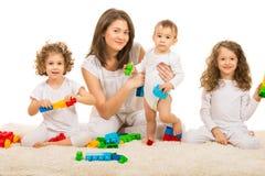 Ευτυχές οικογενειακό παίζοντας σπίτι στοκ εικόνα