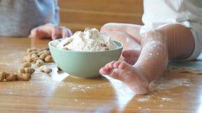 Ευτυχές οικογενειακό παιχνίδι με το αλεύρι στην κουζίνα οικογένεια έννοιας ευτ& απόθεμα βίντεο