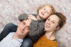 Ευτυχές οικογενειακό παιχνίδι με έναν υπολογιστή ταμπλετών Στοκ Εικόνες