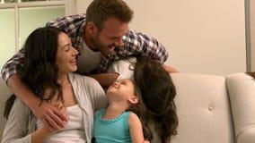 Ευτυχές οικογενειακό παιχνίδι στον καναπέ φιλμ μικρού μήκους