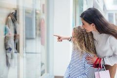 Ευτυχές οικογενειακό παράθυρο που ψωνίζει στη λεωφόρο Στοκ Εικόνες