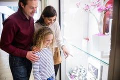 Ευτυχές οικογενειακό παράθυρο που ψωνίζει στη λεωφόρο Στοκ Φωτογραφίες