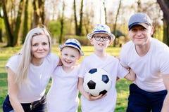 Ευτυχές οικογενειακό πορτρέτο στο πάρκο Στοκ Εικόνες