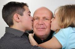 Οικογενειακό πορτρέτο του ηλικιωμένου πατέρα με τα παιδιά στοκ φωτογραφίες