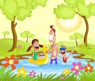 Ευτυχές οικογενειακό ράντισμα στη λίμνη ελεύθερη απεικόνιση δικαιώματος