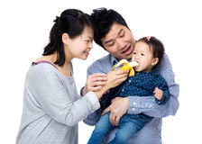 Ευτυχές οικογενειακό ταΐζοντας κοριτσάκι με την μπανάνα στοκ φωτογραφία