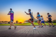 Ευτυχές οικογενειακό τρέξιμο Στοκ φωτογραφίες με δικαίωμα ελεύθερης χρήσης