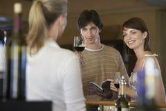 Ευτυχές δοκιμάζοντας κρασί ζεύγους Στοκ εικόνα με δικαίωμα ελεύθερης χρήσης