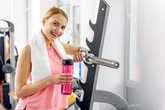 Ευτυχές δοκιμάζοντας ποτό γυναικών στη γυμναστική Στοκ φωτογραφία με δικαίωμα ελεύθερης χρήσης