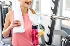 Ευτυχές δοκιμάζοντας ποτό γυναικών στη γυμναστική Στοκ Εικόνες