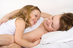 ευτυχές οκνηρό πρωί κοριτσιών Στοκ Εικόνες