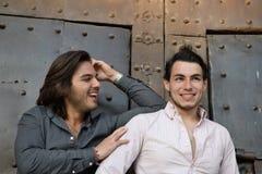 Ευτυχές ομοφυλοφιλικό ζεύγος που επισκέπτεται ένα μεσαιωνικό μέρος στην Καταλωνία στοκ φωτογραφία