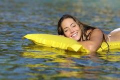 Ευτυχές λούσιμο κοριτσιών στην παραλία στις θερινές διακοπές Στοκ φωτογραφία με δικαίωμα ελεύθερης χρήσης