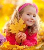 ευτυχές πάρκο κοριτσιών φ Στοκ φωτογραφίες με δικαίωμα ελεύθερης χρήσης